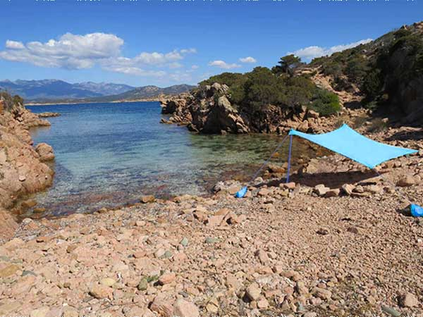 Tente de plage Shandysand dans les pierres