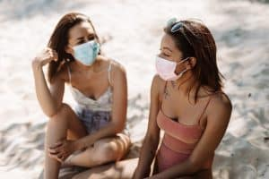 Port du masque à la plage et peau : précautions